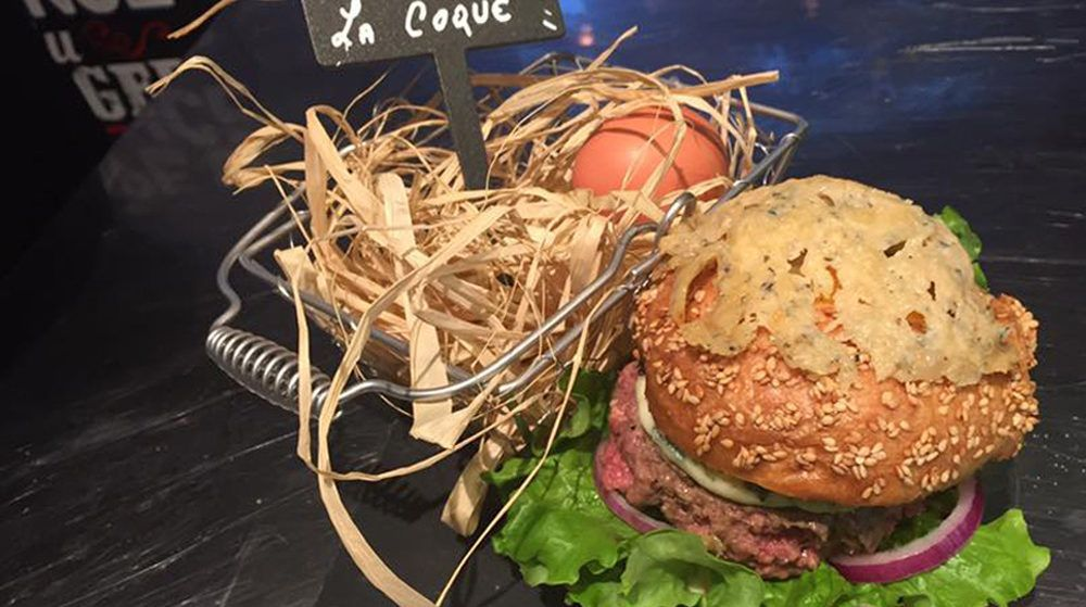 Le burger à la coque de l'Atelier Marius.